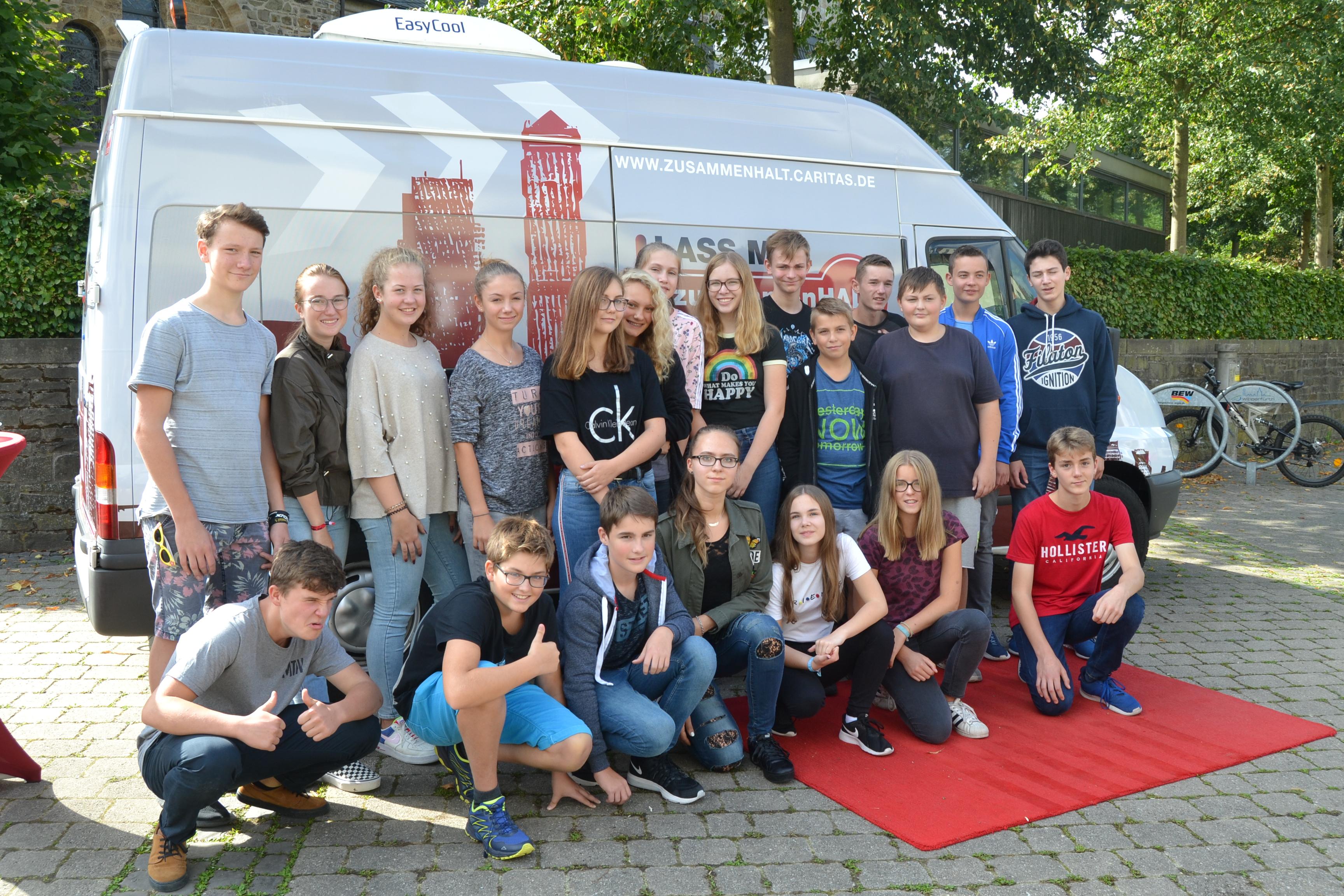 Jugendliche in Gelsenkirchen vor dem Tourbus