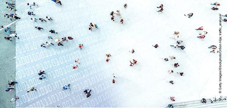 High Angle View Of People On Street. Sicht auf eine Straßenszene.