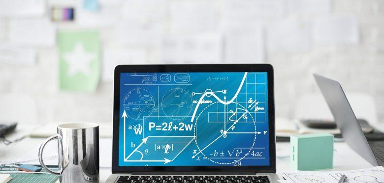 Computerbildschirm mit mathematischen Symbolen und Grafiken